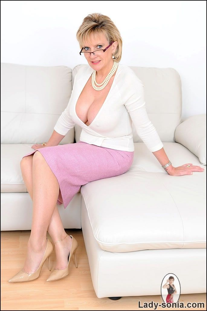 deep cleavage and nylons mature trophy wife sonia pictoa